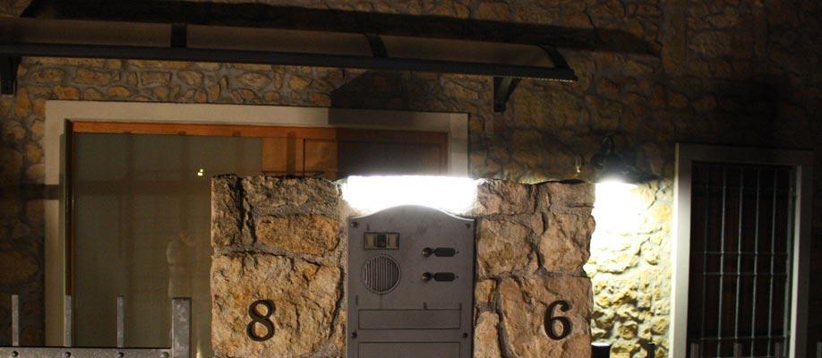 Illuminazione funzionale per postazione campanello e citofono